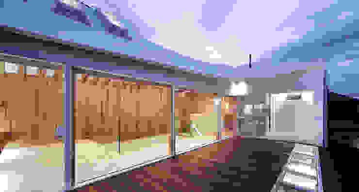 2階テラスから内部を見る オリジナルな医療機関 の 平沼孝啓建築研究所 (Kohki Hiranuma Architect & Associates) オリジナル
