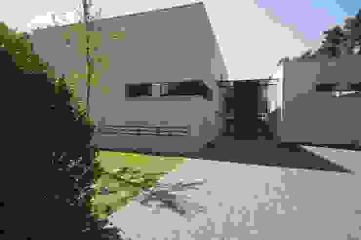 Guesthouse met spa en welness Minimalistische huizen van KleurInKleur interieur & architectuur Minimalistisch