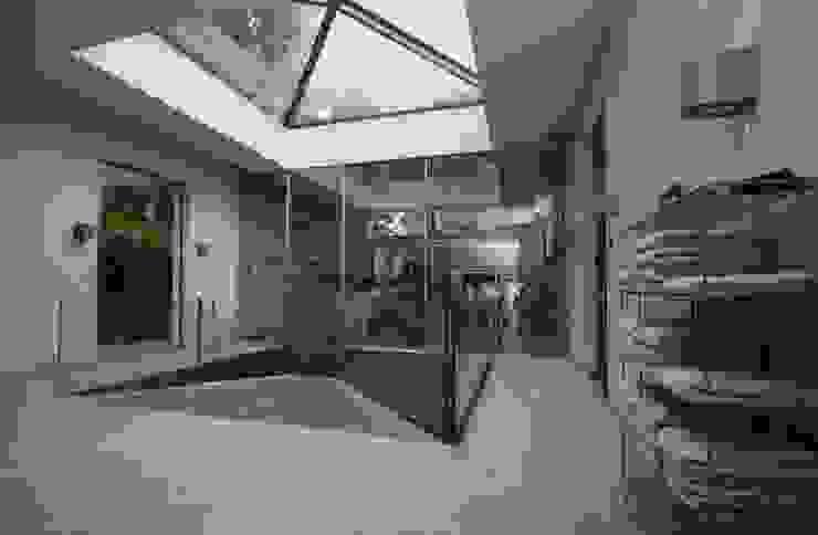 Guesthouse met spa en welness Minimalistische fitnessruimtes van KleurInKleur interieur & architectuur Minimalistisch