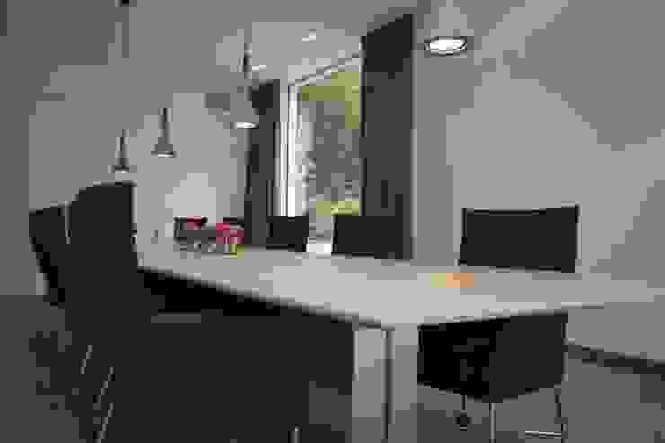 Guesthouse met spa en welness Minimalistische woonkamers van KleurInKleur interieur & architectuur Minimalistisch