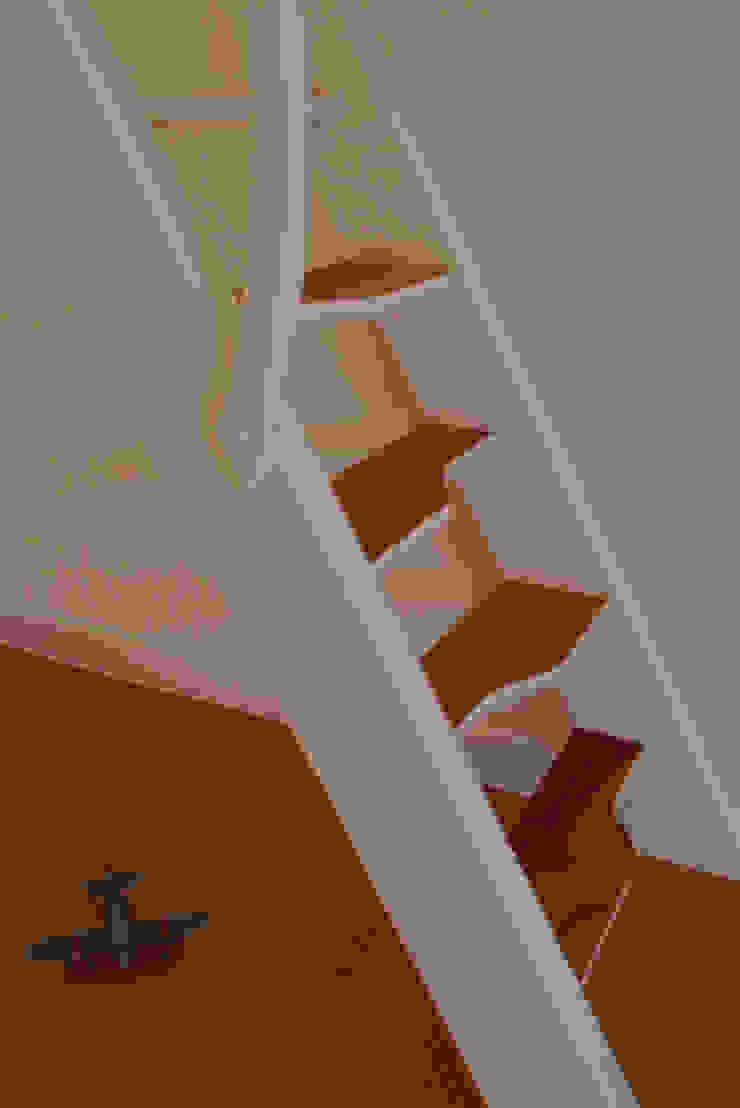 Détails sur l'escalier Couloir, entrée, escaliers modernes par MELANIE LALLEMAND ARCHITECTURES Moderne