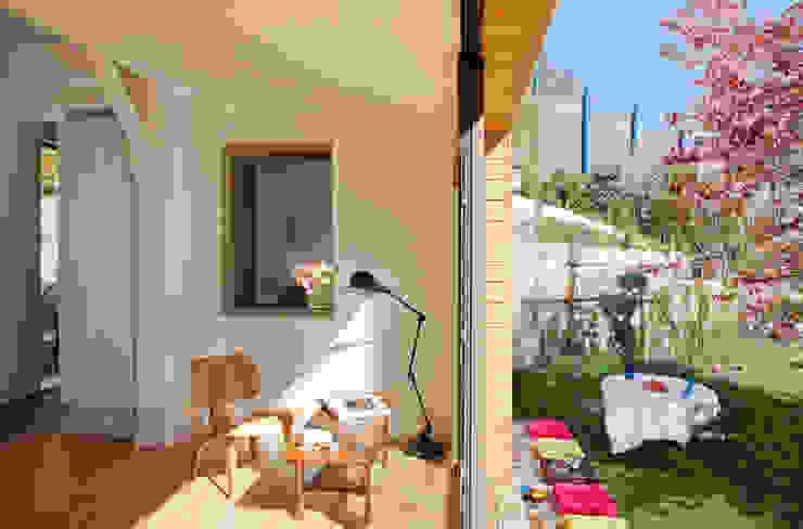 Le salon Salon moderne par MELANIE LALLEMAND ARCHITECTURES Moderne