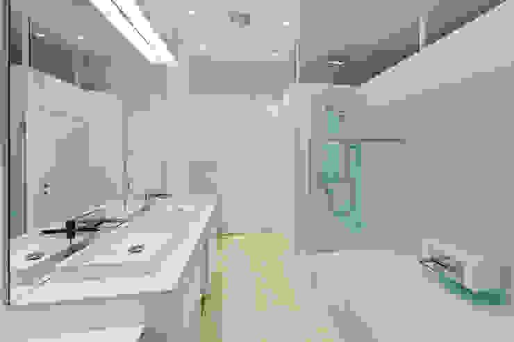 t-hoch-n Architektur의  욕실, 모던