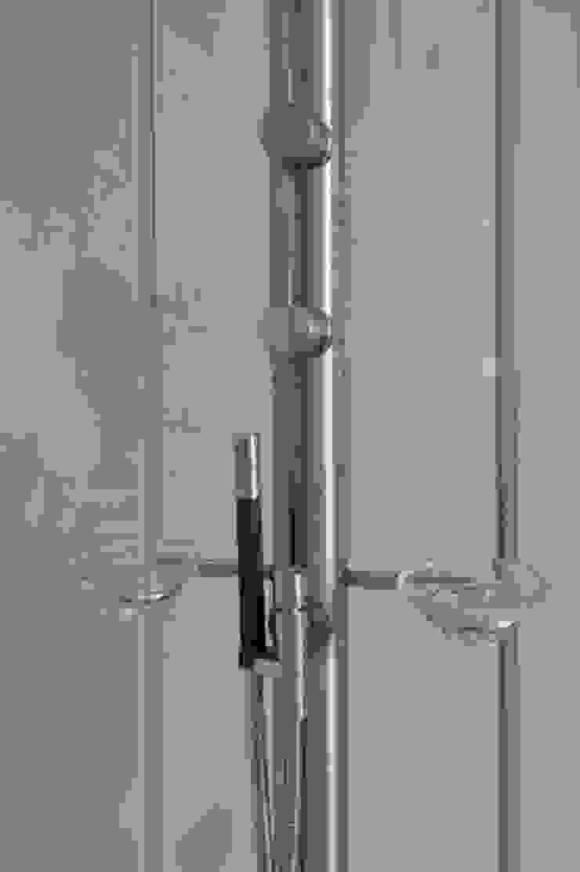 Glass Bathroom Minimalist bathroom by Peter Bell Architects Minimalist