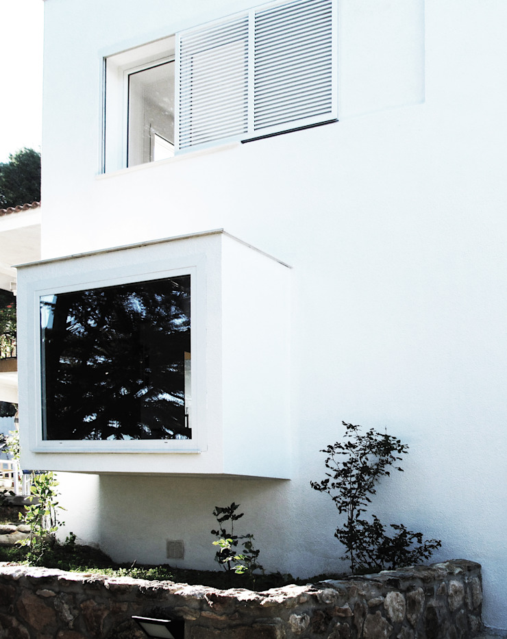 Ventana mirador Casas de estilo mediterráneo de LaBoqueria Taller d'Arquitectura i Disseny Industrial Mediterráneo