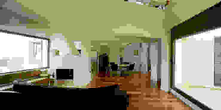 Casa promenade – vivienda unifamiliar en Caselles Comedores de estilo moderno de Miàs Architects Moderno