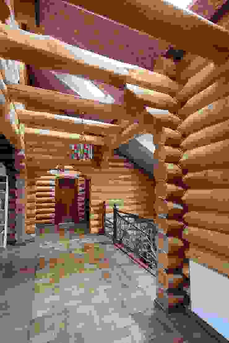 Дом в деревне Коридор, прихожая и лестница в стиле кантри от Хандсвел Кантри