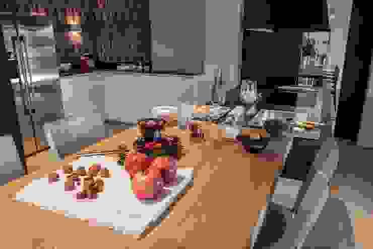 Comedor en cocina moderna Cocinas de estilo moderno de Laura Yerpes Estudio de Interiorismo Moderno