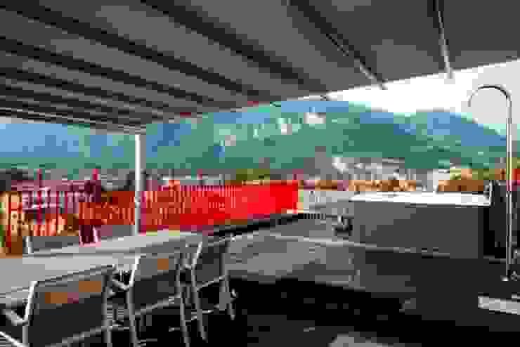VISTA ESTERNA VERSO OVEST Balcone, Veranda & Terrazza in stile moderno di ARCHITETTO ALESSANDRO PASSARDI Moderno