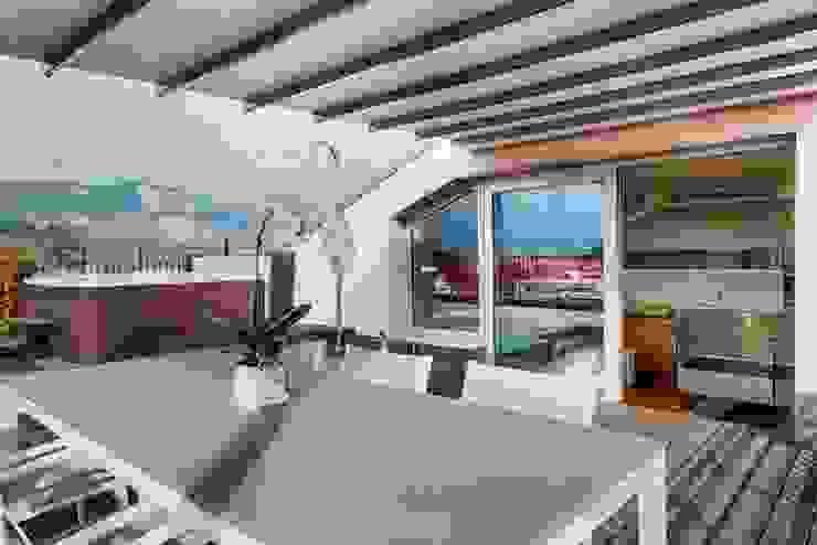 VISTA ESTERNA ZONA PRANZO Balcone, Veranda & Terrazza in stile moderno di ARCHITETTO ALESSANDRO PASSARDI Moderno