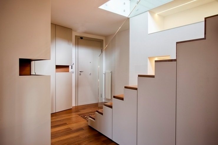 SCALA ATTREZZATA Ingresso, Corridoio & Scale in stile moderno di ARCHITETTO ALESSANDRO PASSARDI Moderno