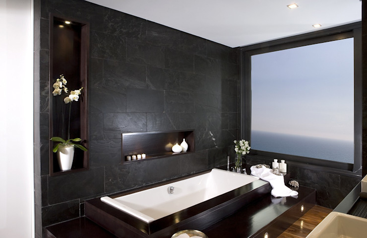 Baño en pizarra con vistas privilegiadas Baños de estilo moderno de Laura Yerpes Estudio de Interiorismo Moderno
