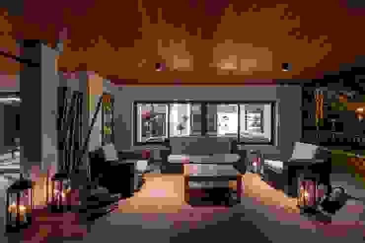 Terraza cálida Balcones y terrazas eclécticos de Laura Yerpes Estudio de Interiorismo Ecléctico