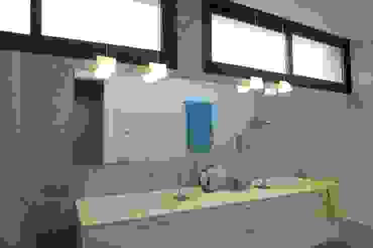 Modern bathroom by Laura Yerpes Estudio de Interiorismo Modern