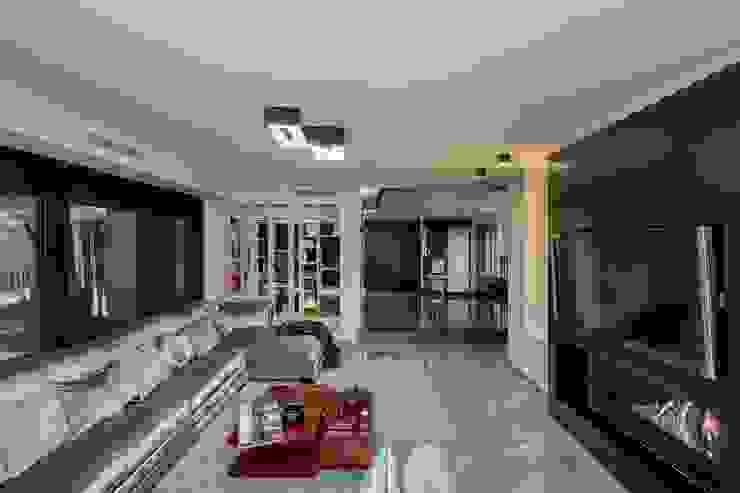 Salón con chimenea Salones modernos de Laura Yerpes Estudio de Interiorismo Moderno