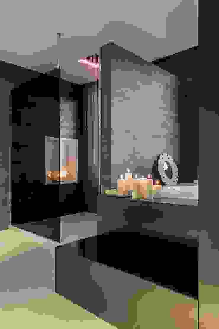 Baño con ducha de lluvia con cromoterapia Baños de estilo moderno de Laura Yerpes Estudio de Interiorismo Moderno
