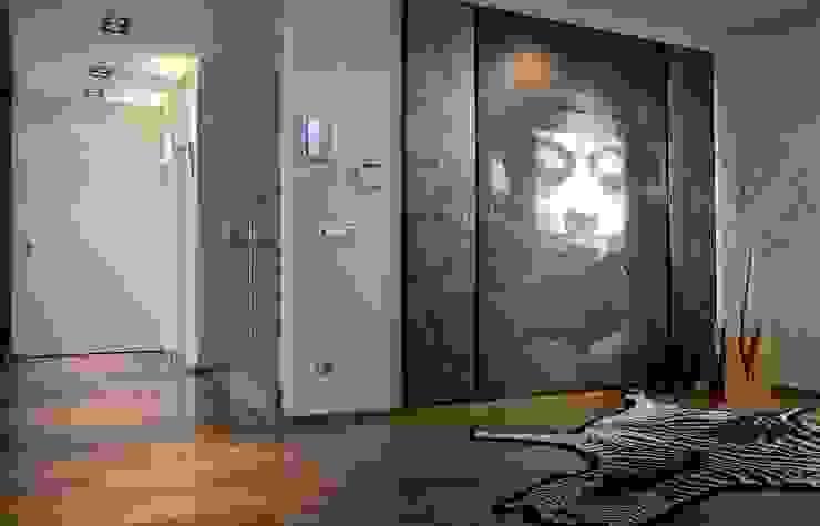 Eclectic style corridor, hallway & stairs by Laura Yerpes Estudio de Interiorismo Eclectic