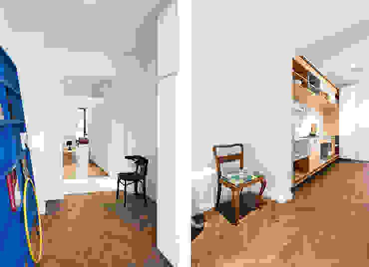 Apartment v01 Pasillos, vestíbulos y escaleras de estilo moderno de dontDIY Moderno