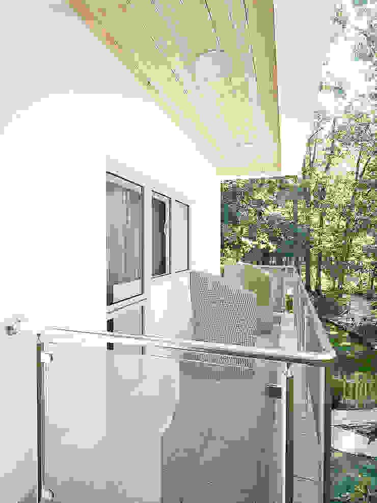 Семейный дом Балконы и веранды в эклектичном стиле от Дизайн студия Александра Скирды ВЕРСАЛЬПРОЕКТ Эклектичный