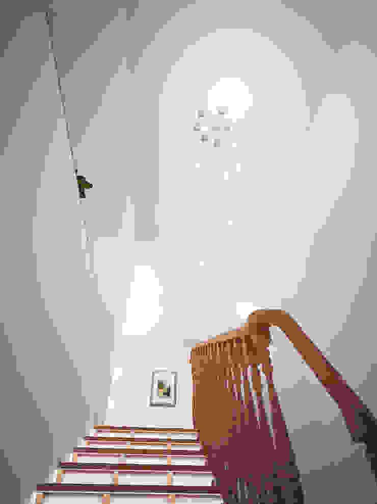Семейный дом Коридор, прихожая и лестница в эклектичном стиле от Дизайн студия Александра Скирды ВЕРСАЛЬПРОЕКТ Эклектичный