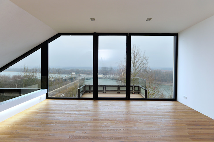 Soggiorno moderno di Architekt Adrian Tscherteu Moderno