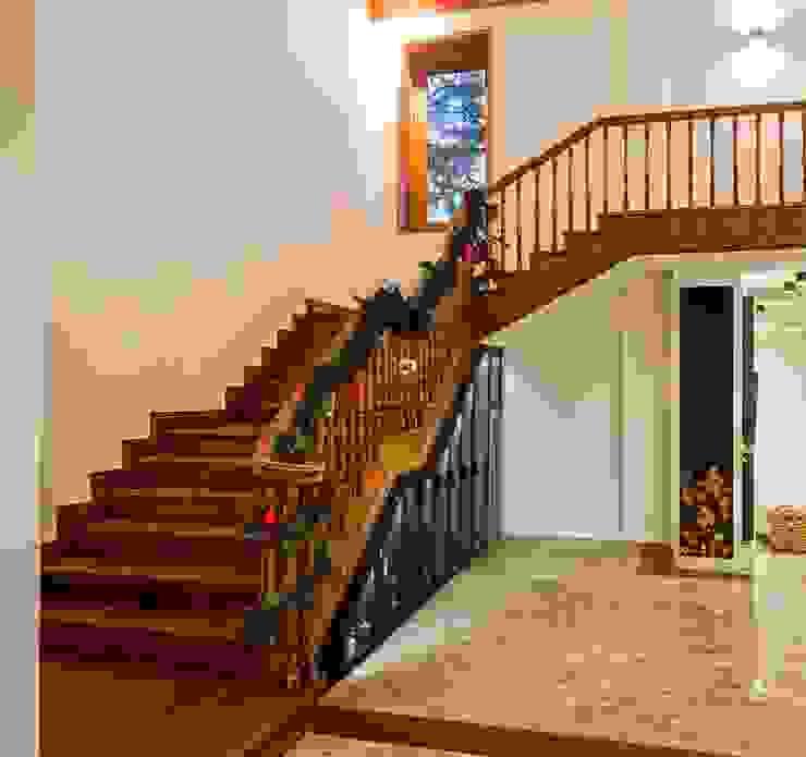 Classic style corridor, hallway and stairs by Laura Yerpes Estudio de Interiorismo Classic
