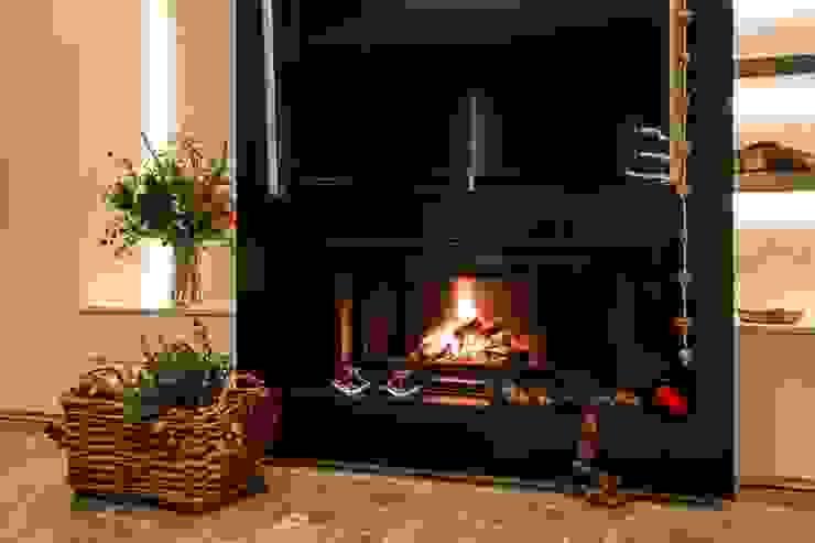 Nada hay más navideño que una chimenea encendida de Laura Yerpes Estudio de Interiorismo Moderno
