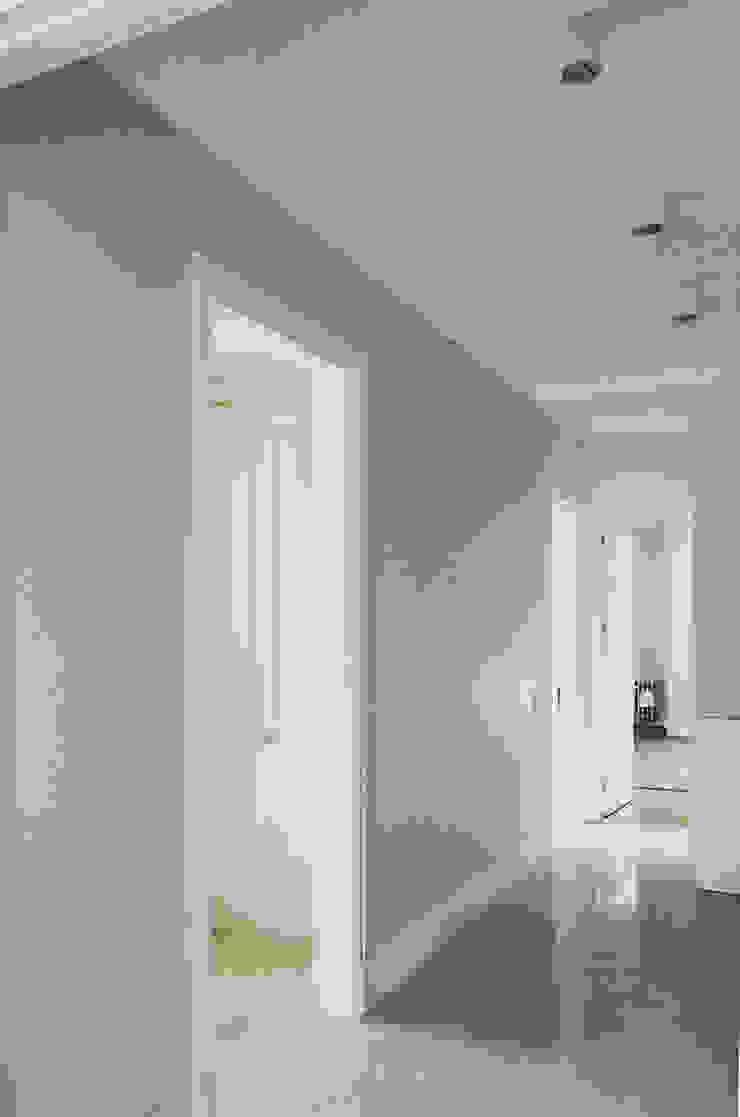Modern Corridor, Hallway and Staircase by MONOBLOK DESIGN & INTERIORS Modern