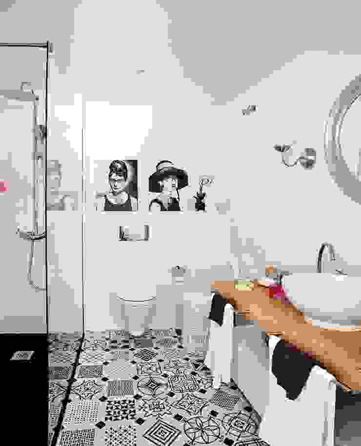 Banheiros ecléticos por Disak Studio Eclético