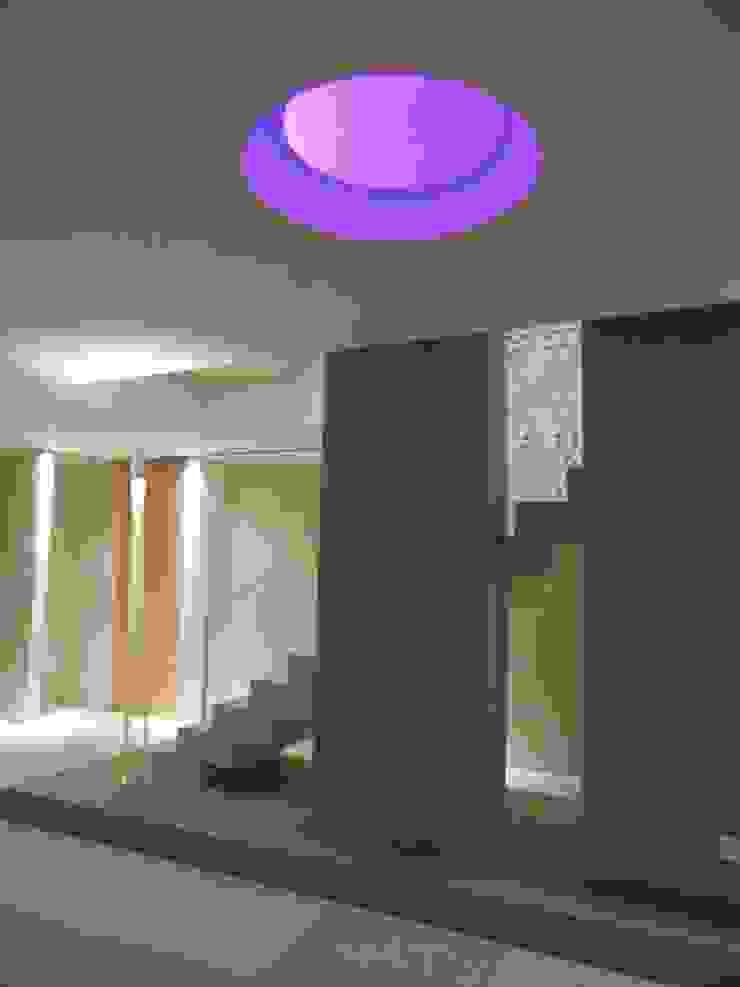 _c a s a  A S_ Ingresso, Corridoio & Scale in stile minimalista di RO a_ Minimalista