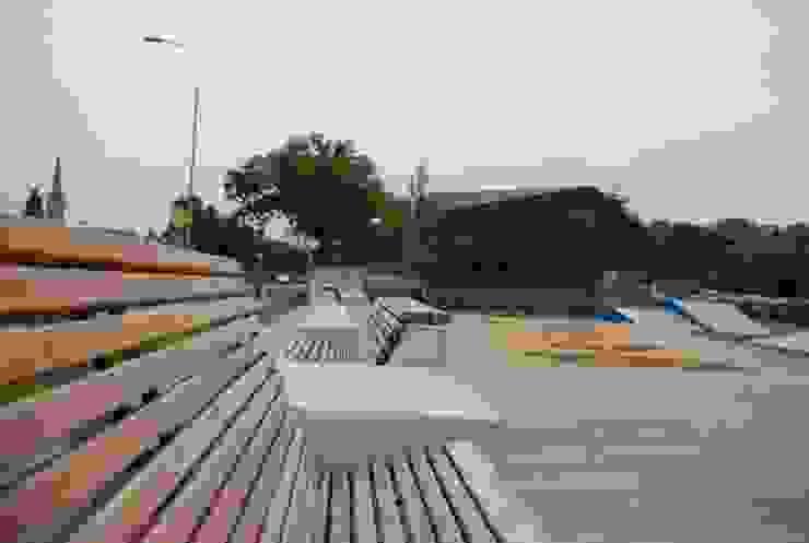 Bank naar eigen ontwerp bij een sport en speelplek om op diverse manieren te zitten, te hangen, te loungen en ook om te zien en gezien worden.:  Tuin door Buro Topia stads- en landschapsontwerp,