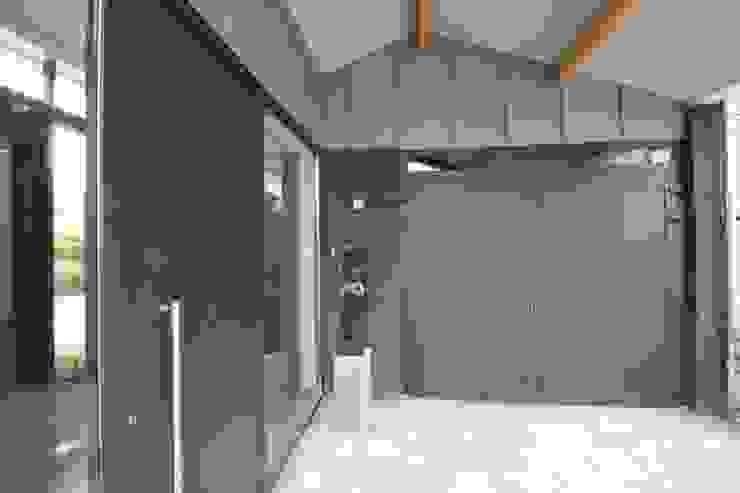 KleurInKleur interieur & architectuur Modern Garage and Shed