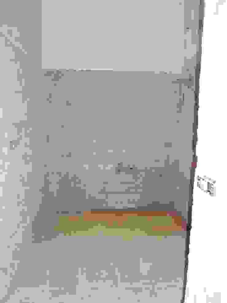 Lo spazio prima dell'inizio lavori. Bagno moderno di Gabriella Pontis Moderno