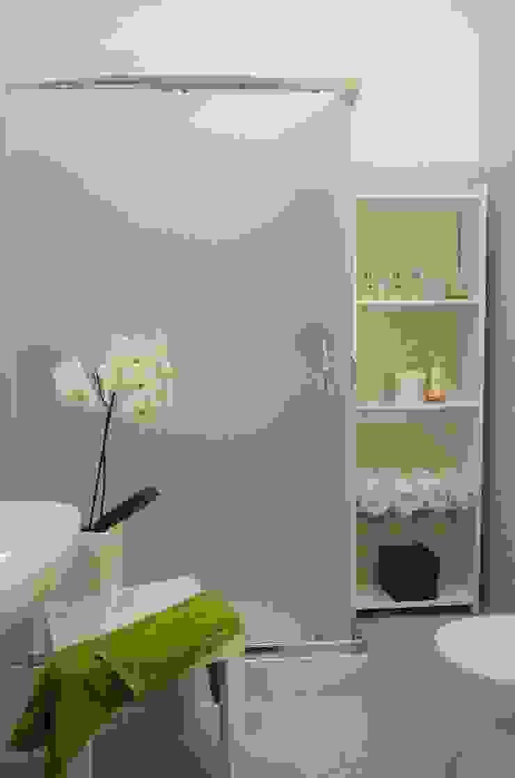 Il bagno rifatto ed allestito. Bagno moderno di Gabriella Pontis Moderno