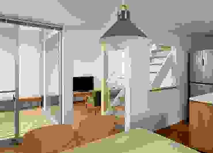 横浜の小住宅 モダンデザインの ダイニング の hiroshi モダン