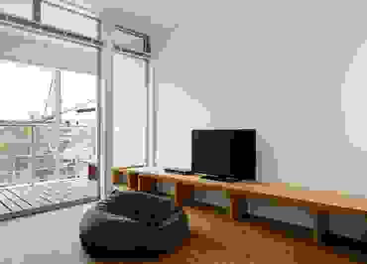 横浜の小住宅 モダンデザインの リビング の hiroshi モダン