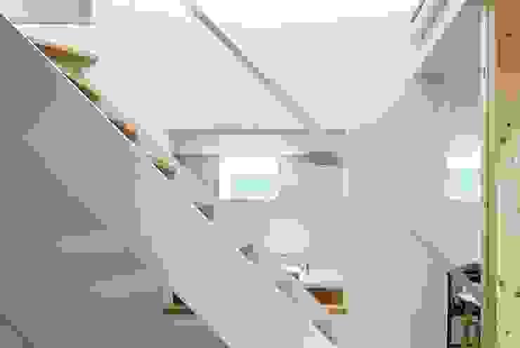 横浜の小住宅 モダンスタイルの 玄関&廊下&階段 の hiroshi モダン