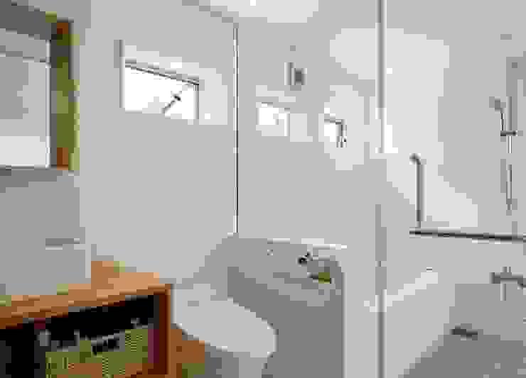 横浜の小住宅 モダンスタイルの お風呂 の hiroshi モダン