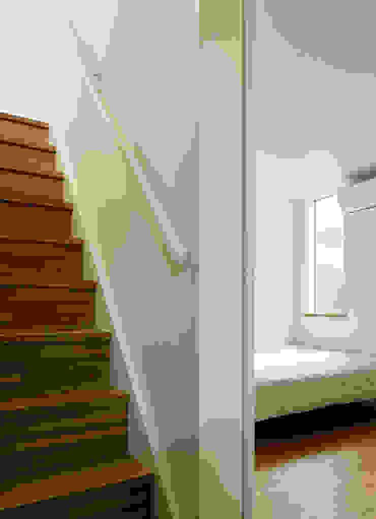 横浜の小住宅 モダンスタイルの寝室 の hiroshi モダン