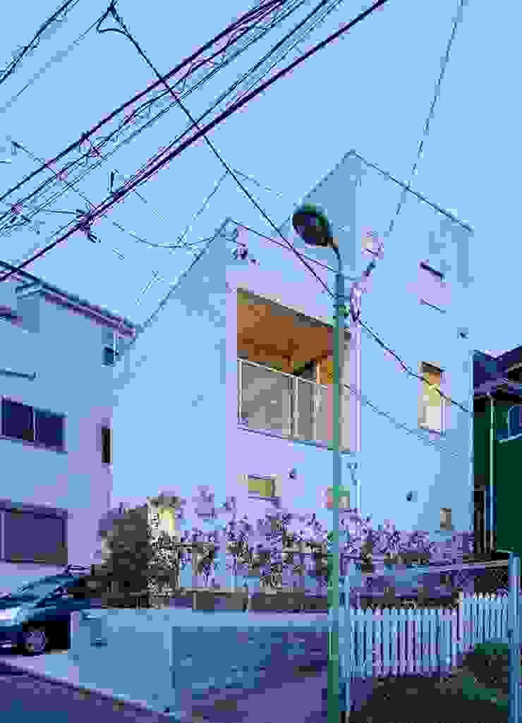 横浜の小住宅 モダンな 家 の hiroshi モダン