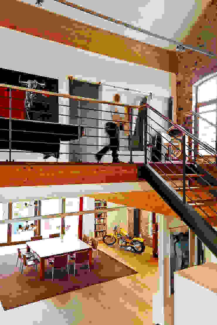 インダストリアルな 玄関&廊下&階段 の guido anacker photographie インダストリアル