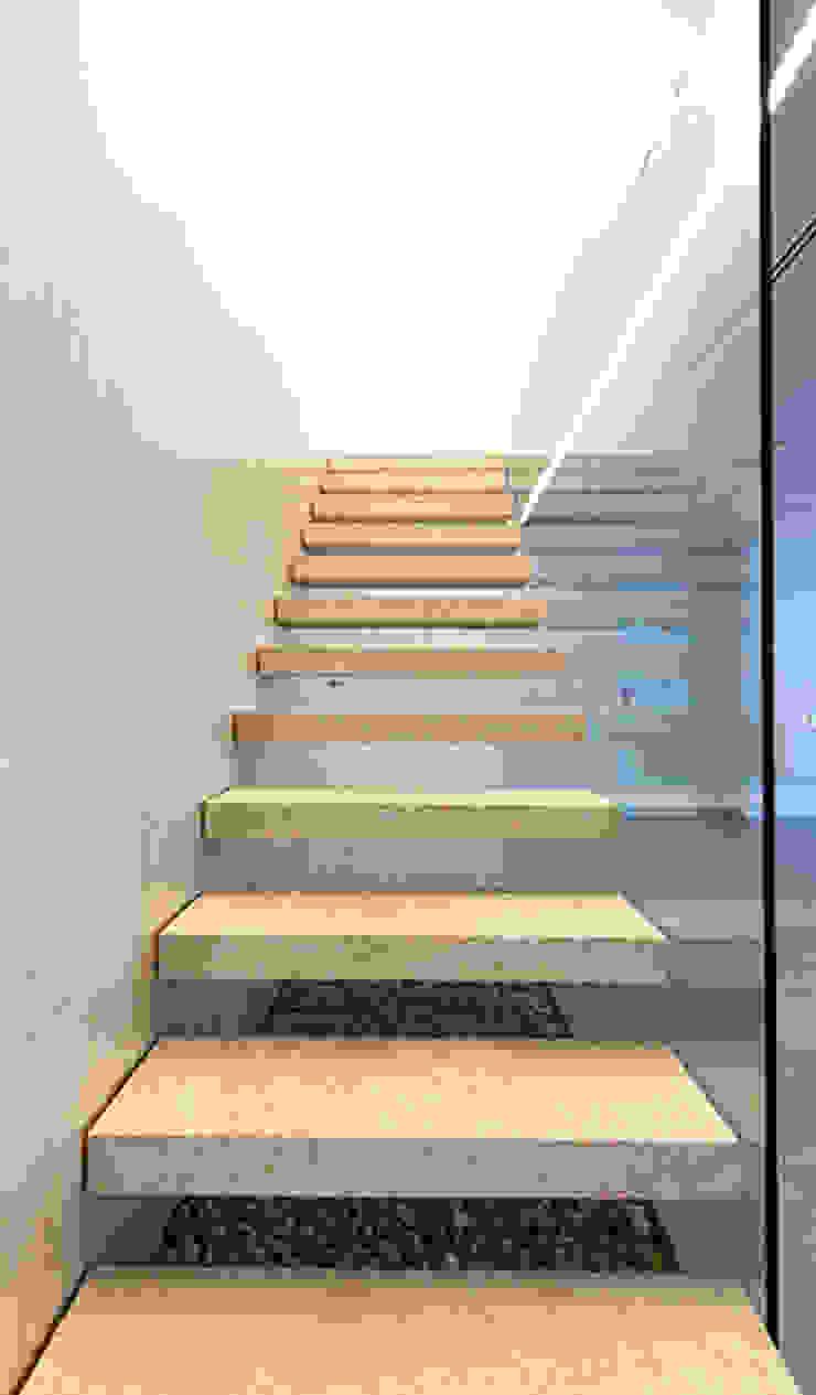 Chiralt Arquitectos Minimalist corridor, hallway & stairs