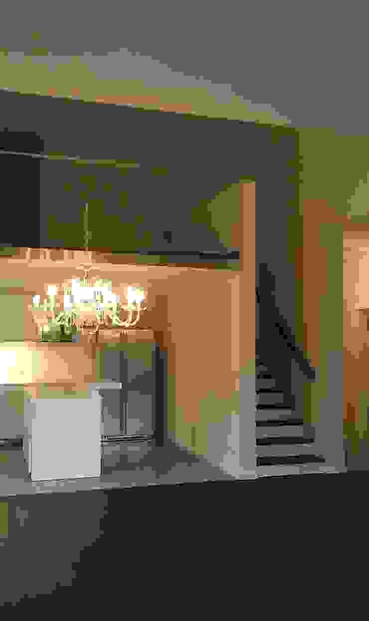 Wohnraum mit offener Küche und Aufgang zur Empore mit Arbeitsplatz Moderne Wohnzimmer von Völcker Architekten Modern