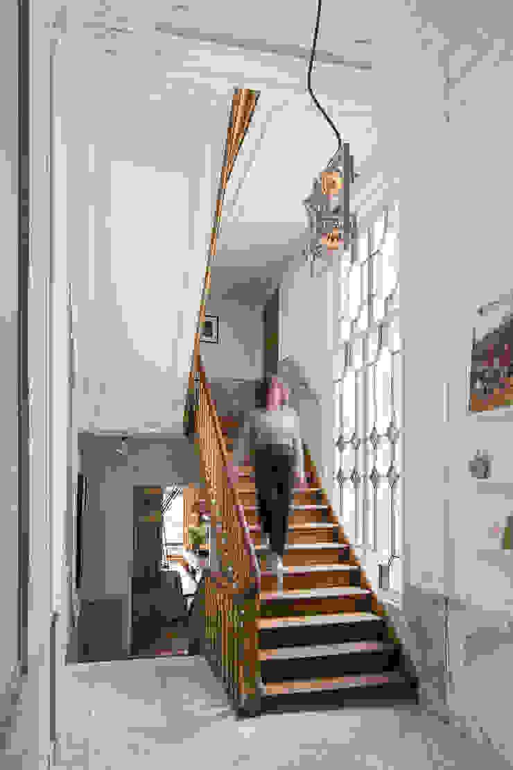 Modern en monumentaal wonen aan de gracht Moderne gangen, hallen & trappenhuizen van Studio RUIM Modern