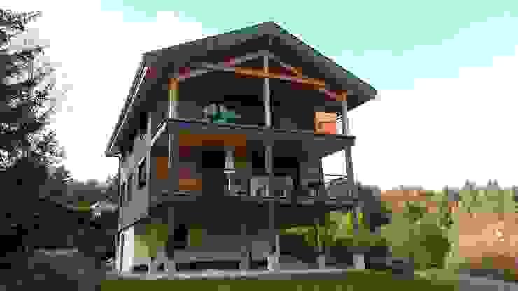 Le nouveau chalet : la façade Sud et ses grands balcons sur pilotis. Maisons modernes par Sarl Rémy Guesné Architecte Moderne