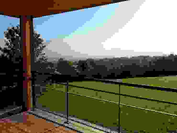 Vue sur la vallée de l'Arve depuis un balcon sud Maisons modernes par Sarl Rémy Guesné Architecte Moderne
