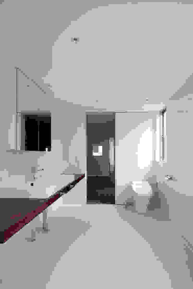 Minimalist walls & floors by ARCHIXXX眞野サトル建築デザイン室 Minimalist
