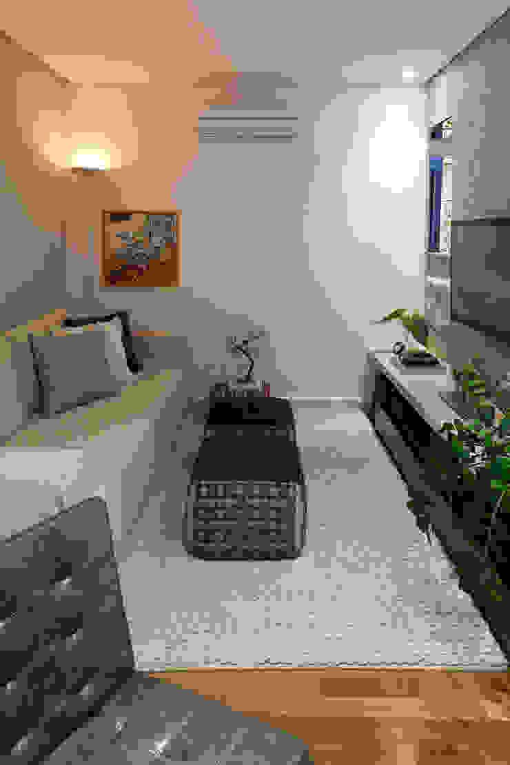 1301 Salas de estar modernas por IE Arquitetura + Interiores Moderno