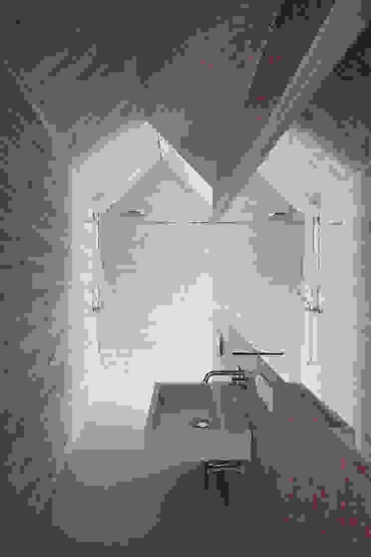Caramel architekten Baños de estilo ecléctico