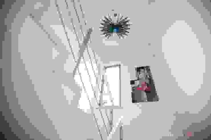 Schody Minimalistyczny korytarz, przedpokój i schody od Atelier Słowiński Minimalistyczny